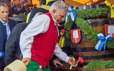 OB Dieter Reiter beim Anstich des ersten Fass Oktoberfest-Biers.