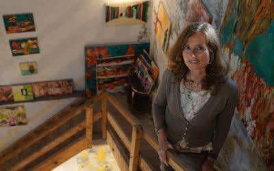 """Malerin bei """"Kunst in Sendling"""" im Kirchturm vor ihren Werken"""