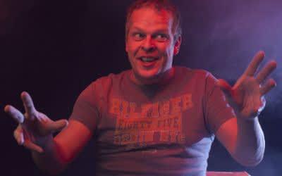 Karsten Kaie als Caveman.