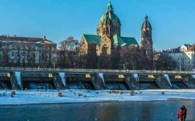 Die Kirche St. Lukas am Isarufer im Winter