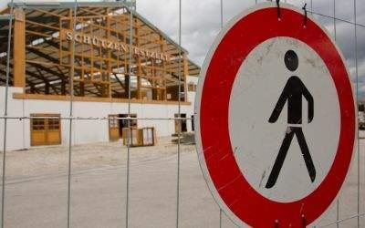 Durchgang Verboten Schild und Festzelt