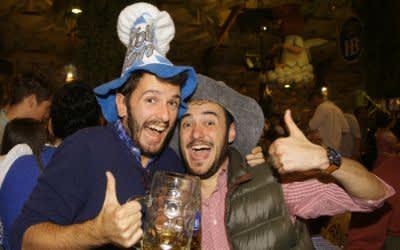 Italienerwochenende auf der Wiesn: Diese beiden im Hofbräu Festzelt sind aus Mailand, und zwar von links Leonardo und Matheo