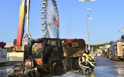Feuerwehr löscht Kehrmaschine auf dem Oktoberfest