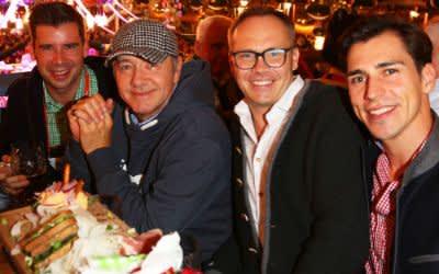 """Kevin Spacey im Schottenhamel Festzelt mit den Organisatoren von """"Bits & Pretzels"""""""