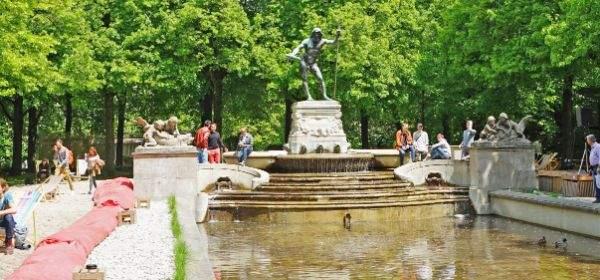Der Vater-Rhein-Brunnen am Eröffnungstag des Kulturstrandes
