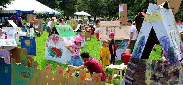 KiKS Festival: Kinder bauen Pappburg