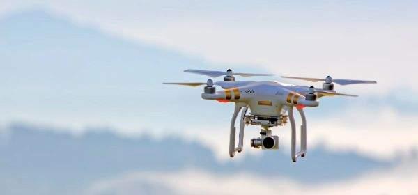 Drohne vor Bergpanorama