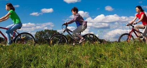 Mutter und Kinder fahren Fahrrad