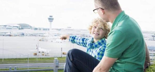 Vater und Sohn sehen den Flughafen