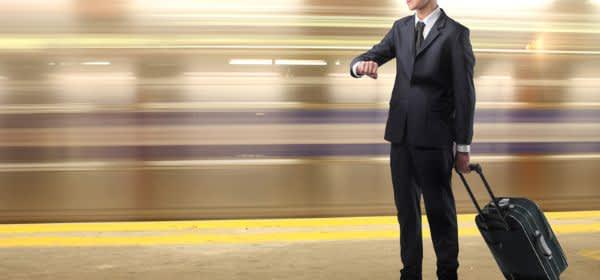 Mann wartet auf Zug