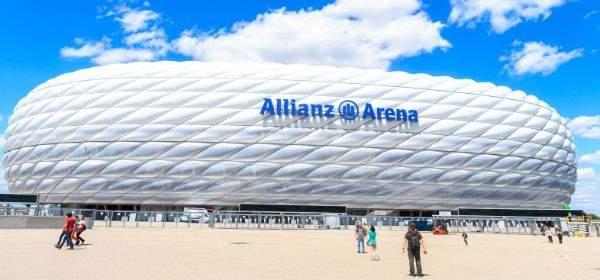 Die Allianz Arena vor blauem Himmel