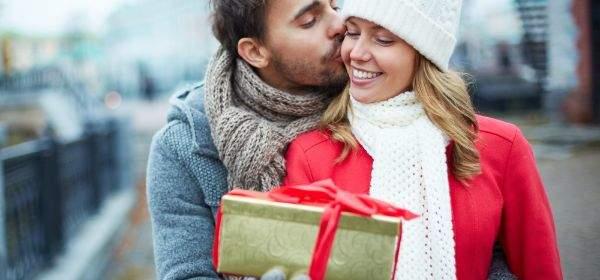 Mann überreicht Frau Geschenk