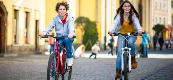 Paar auf Fahrrad in Stadt