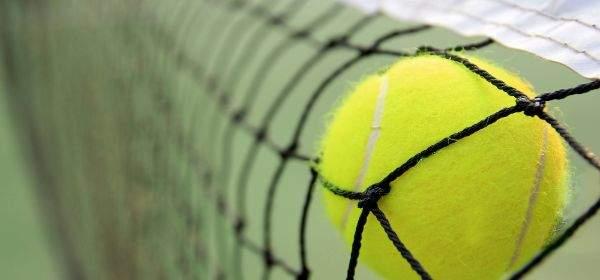 Tennisball im Netz
