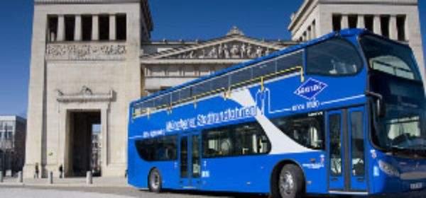 Der Gray Line SIGHTseeing Bus vor den Propyläen auf dem Königsplatz