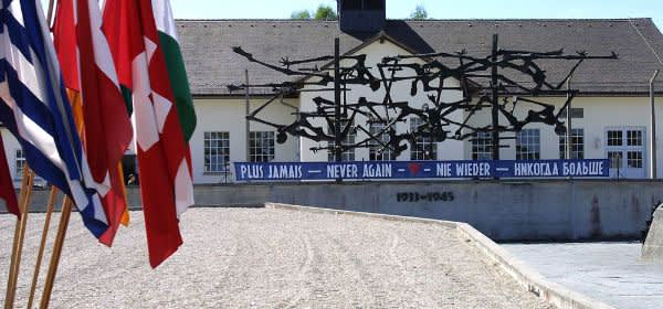 KZ-Gedenkstätte Dachau mit Fahne