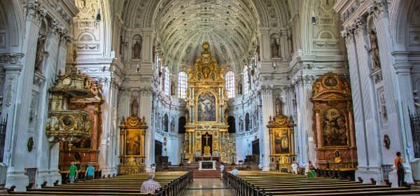 Innenraum der Jesuitenkirche St. Michael