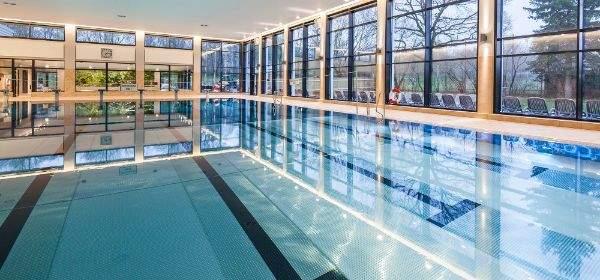 Menschenleeres Schwimmbecken im Hallenbad Giesing-Harlaching