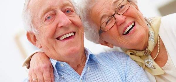 Ein älteres Ehepaar lächelt