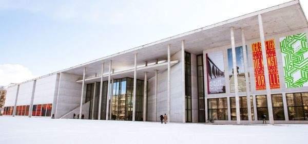Pinakothek der Moderne im Winter bei Schnee