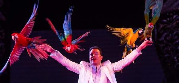 Alessio mit seinen Papageien im Circus Krone