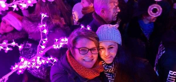Zwei Frauen in Weihnachtsstimmung