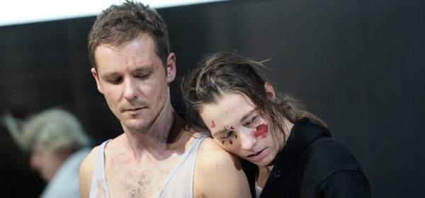 Szene aus Hamlet mit Nils Kahnwald und Katja Bürkle