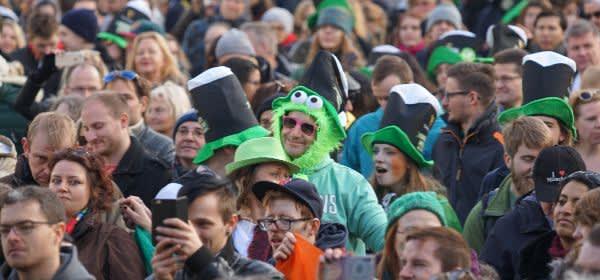Viele Menschen bei St. Patricks Day