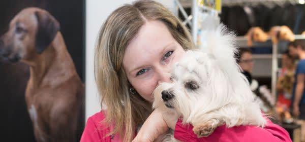 Heimtiermesse München: Frau schmust Hund