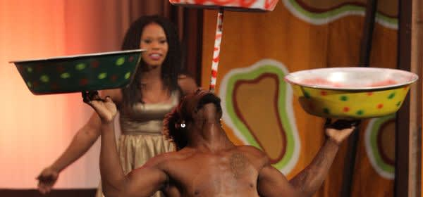 "Akrobat Lawrence Mensah an der Poledance-Stange in der Show ""le club"" im GOP varietétheater"