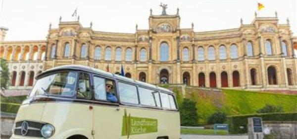 Bus der Landfrauenküche vor dem Maximilianeum