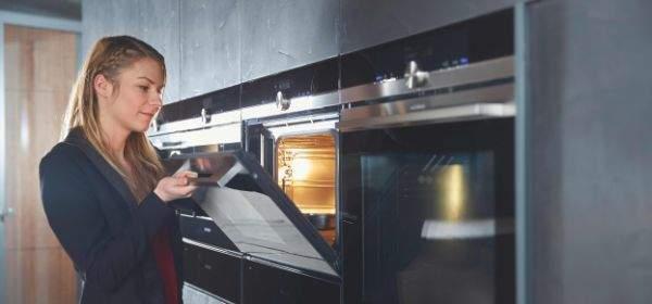 Frau testet Ofen bei den Siemens Beratertagen