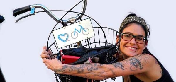 """Frau umarmt ihr Fahrrad für die Aktion """"We love Radl"""""""