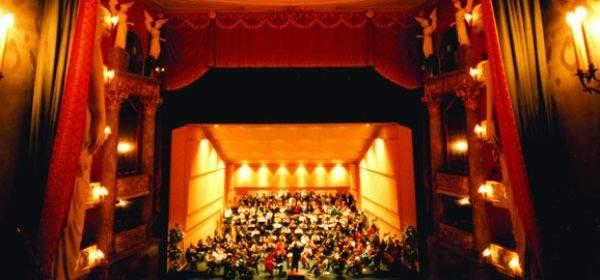 Das Orchester spielt im Nationaltheater in München.