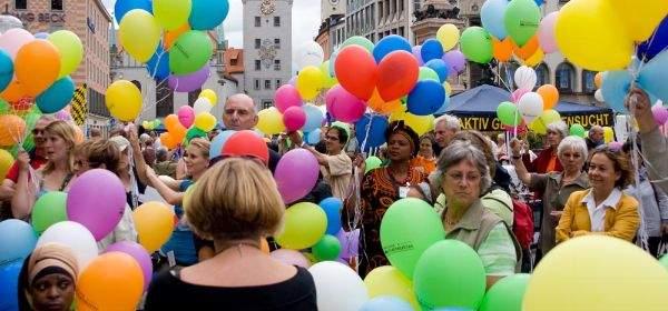 Besucher des Selbsthilfetags auf dem Marienplatz München.